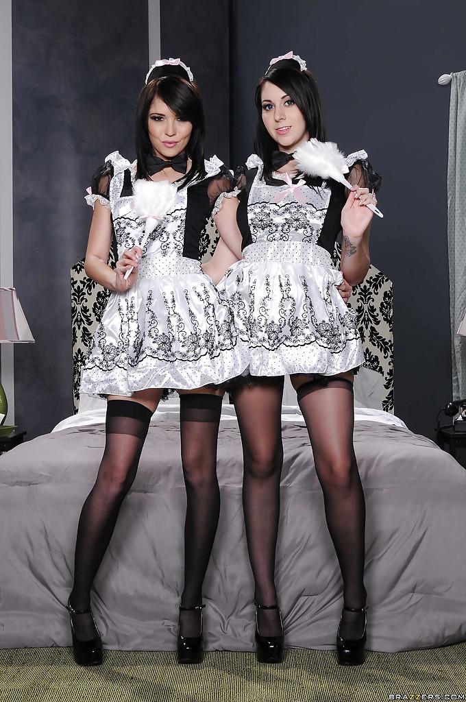 Две горничные в чулках снимают с себя одежду