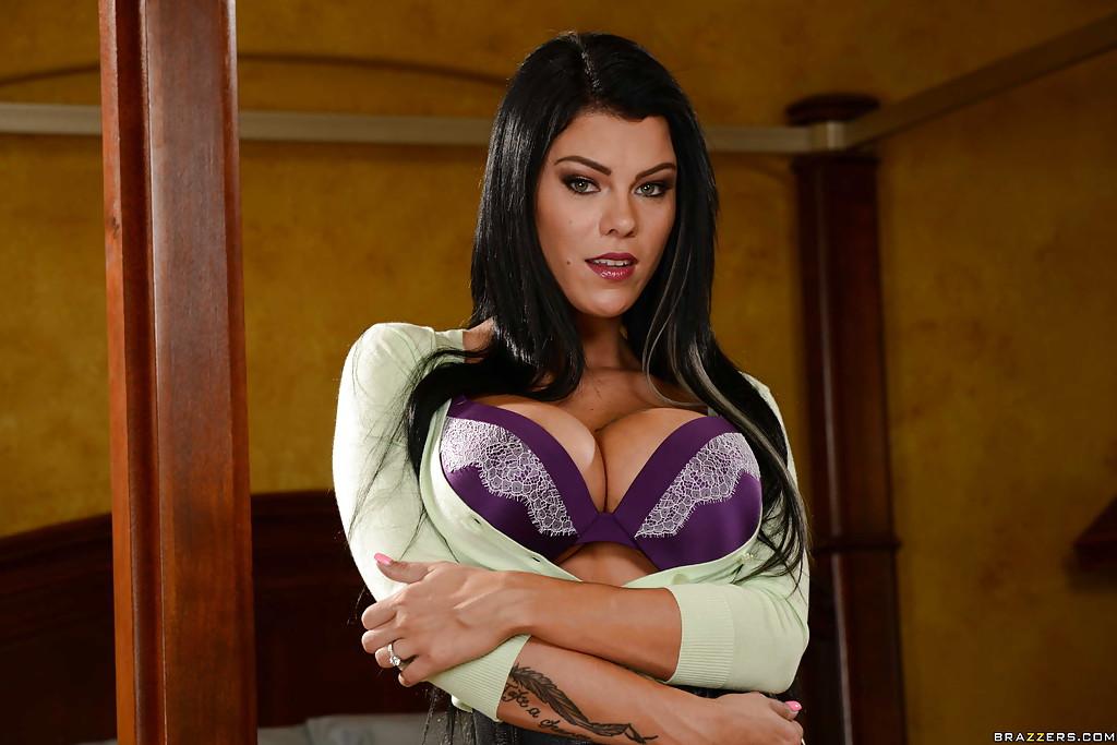 Жена Peta Jensen снимает нижнее белье, желая встретить супруга обнаженной
