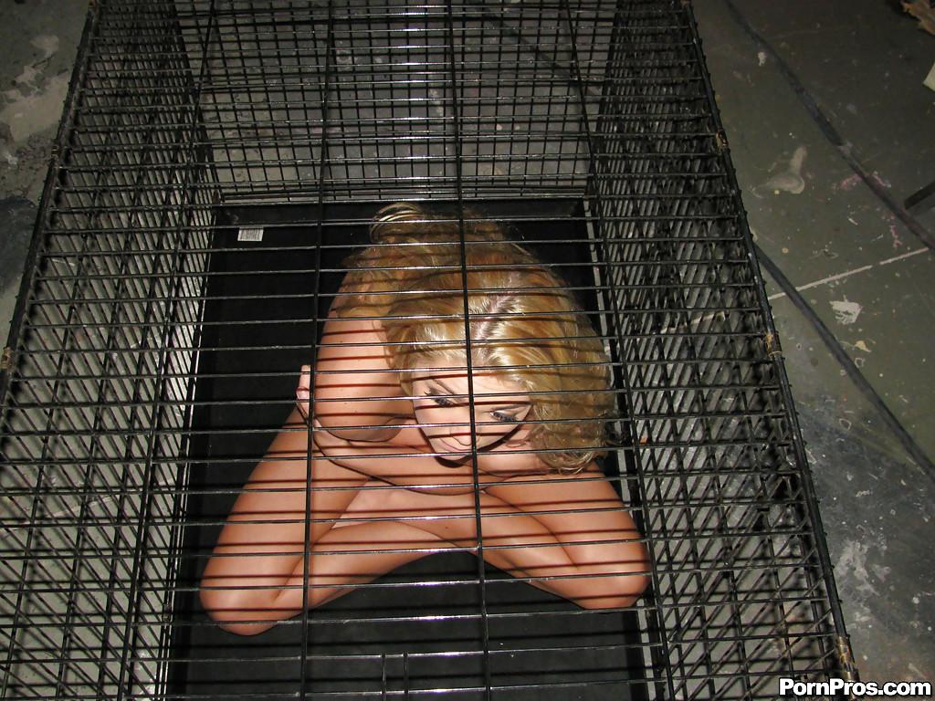 Милая рабыня Jessie Andrews раздевается в клетке