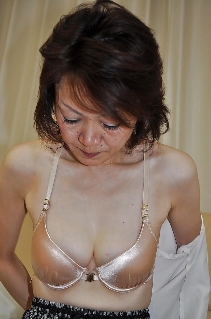 Зрелая японочка раздевается
