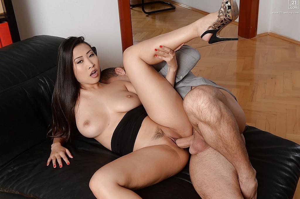 Узкоглазая коллега Шарон Ли занялась сексом с боссом