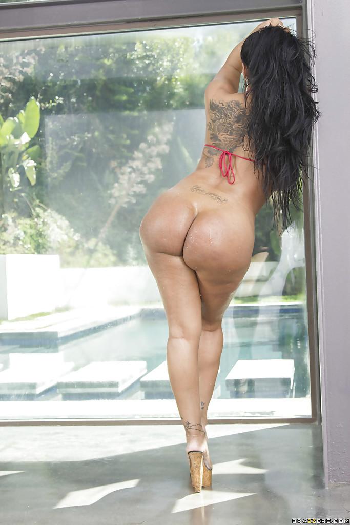 Латинская девушка показала крупные сиськи и жопу секс фото
