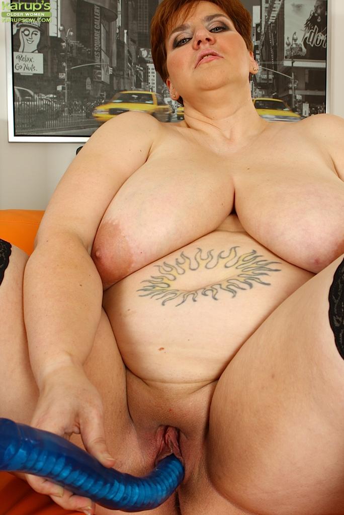Жирная дама имеет себя синим фаллоимитатором