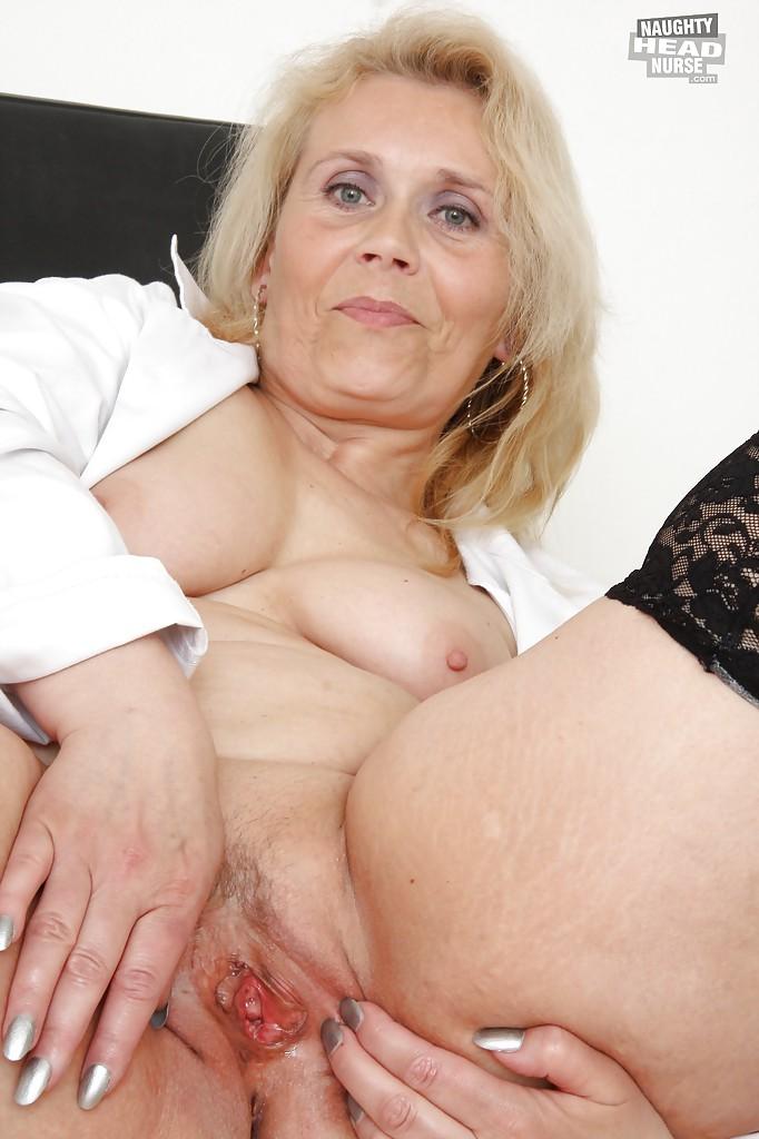 Старуха подрочила в кабинете гинеколога
