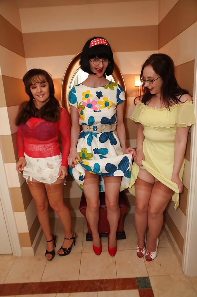 Три телки снимаются в чулках и старомодном белье