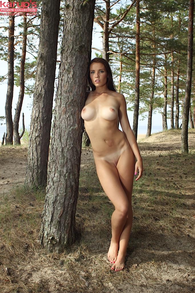 Обнаженная развратница прогуливается по лесу босиком