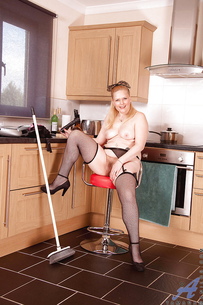 Зрелая домработница обнажила волосатый передок на кухне