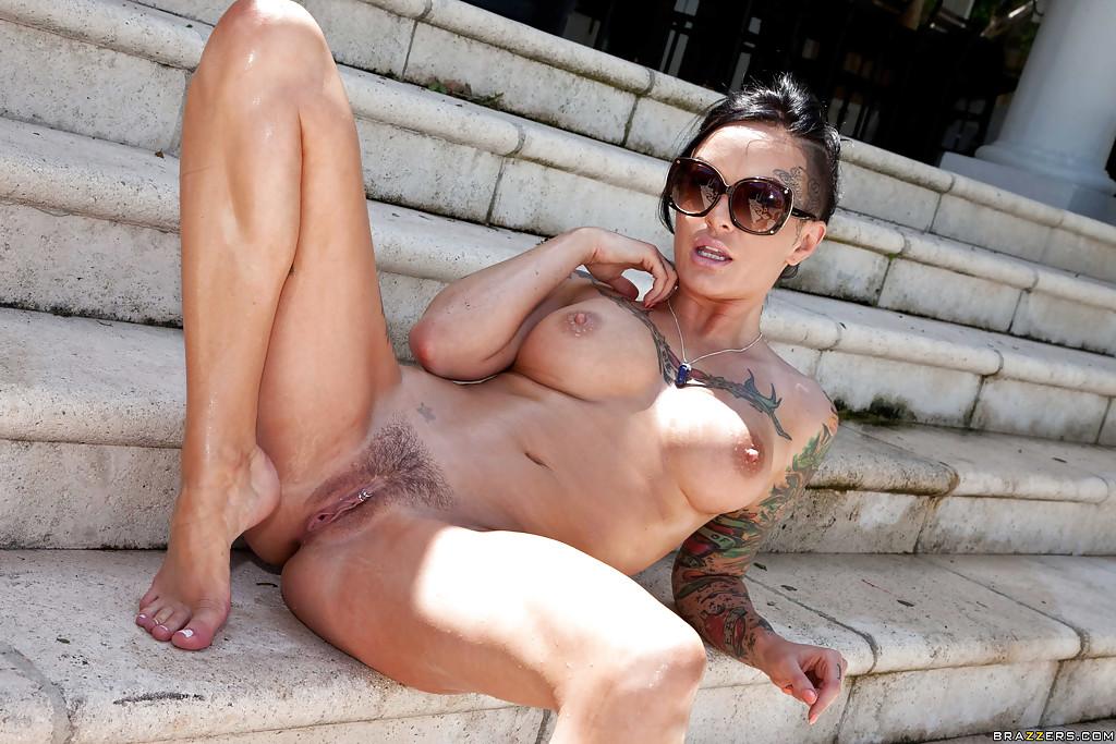 Татуированная неформалка мастурбирует дилдо на улице