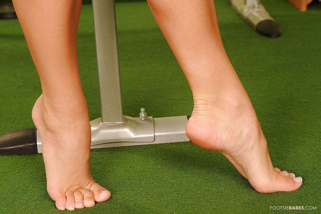 Спортсменка светит ноги, занимаясь фитнесом