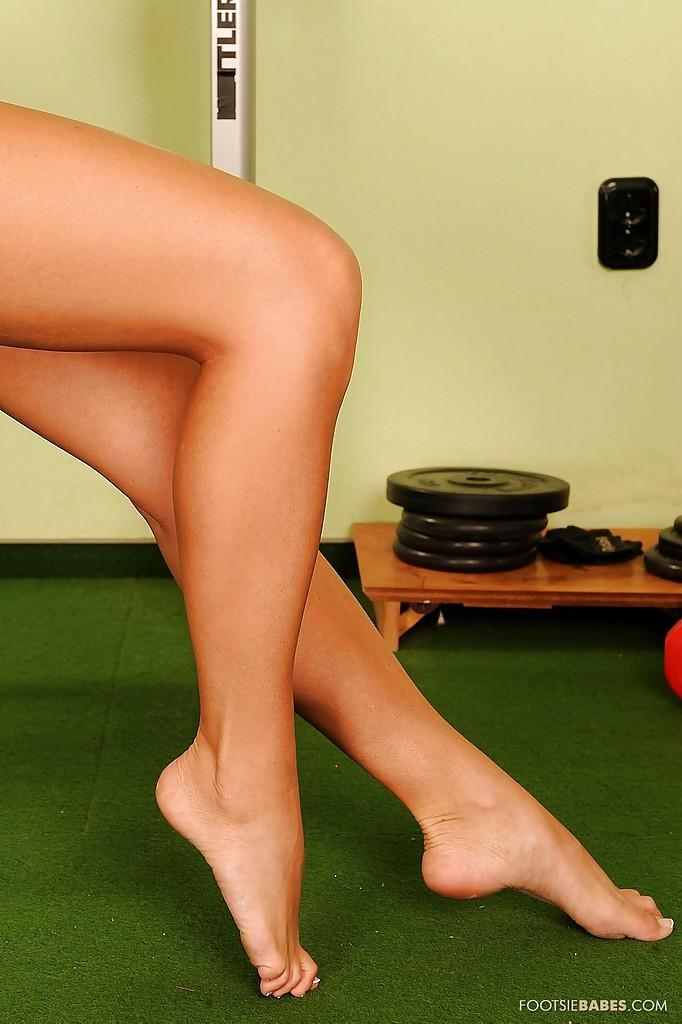 Спортсменка демонстрирует ножки, занимаясь фитнесом