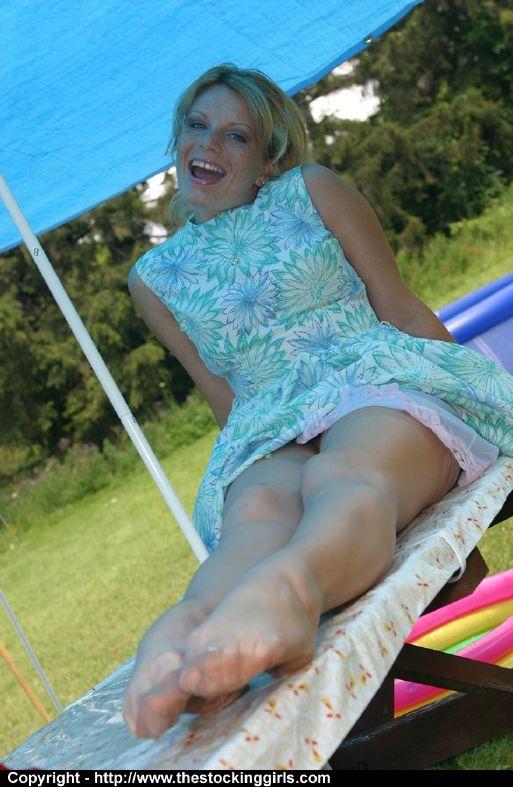 Тётя на пикнике стаскивает платье и снимается в чулках