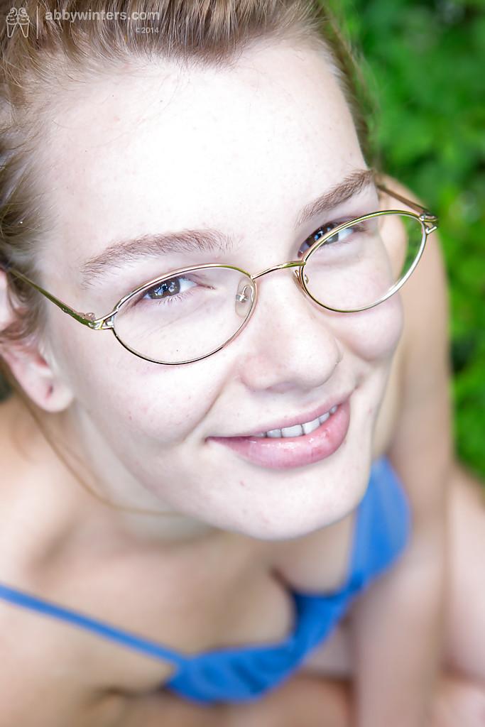 Провинциалка в очках дразнит голыми прелестями в лесу