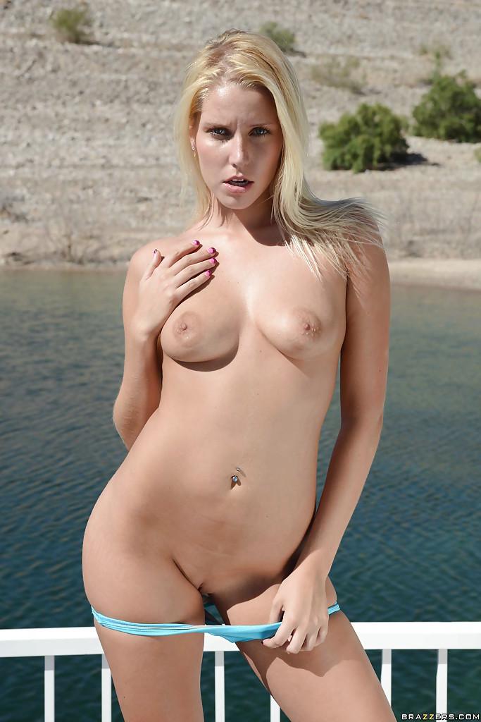 Туристка Vanessa Cage позирует на курорте обнаженной секс фото