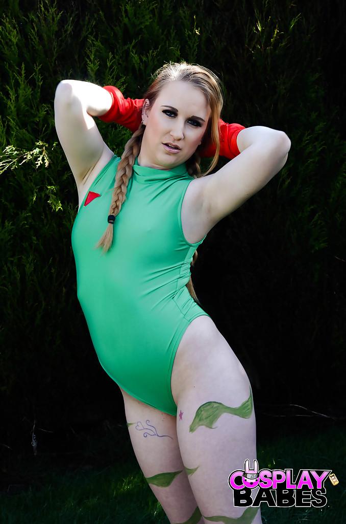 Топ-модель с косичками Anna Darling раздевается в саду
