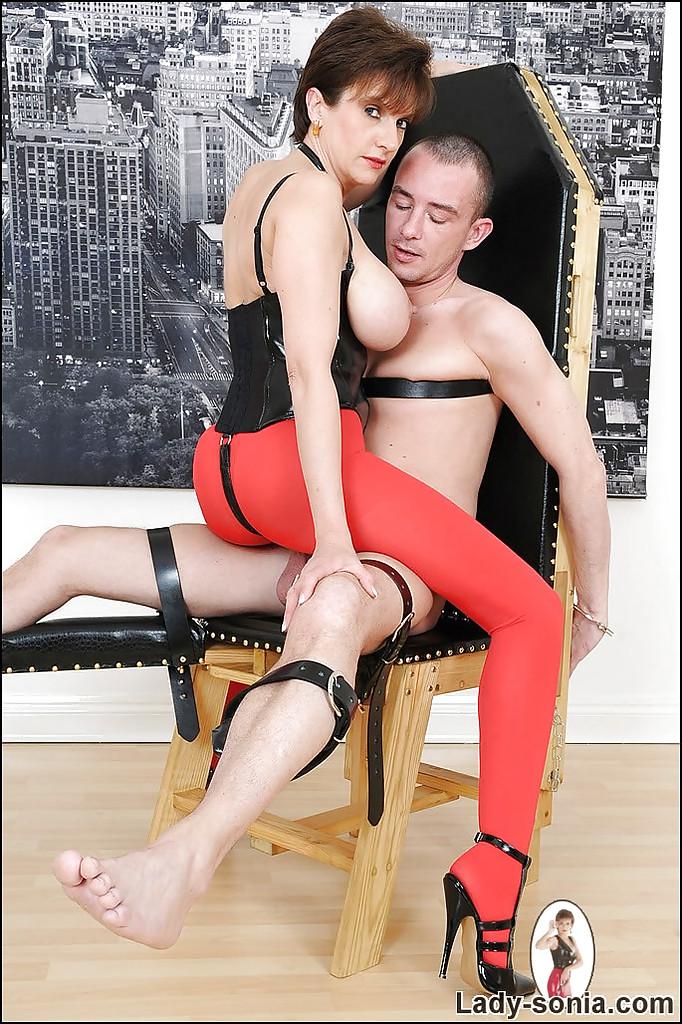 Госпожа в красных колготках привязала раба к креслу