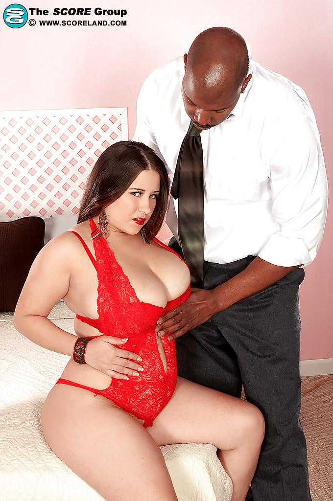 Негр облизывает большую грудь толстой партнерши