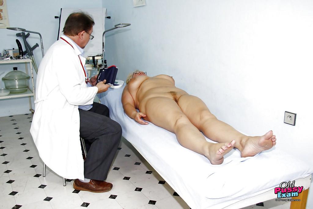 Гинеколог осматривает письку старой пациентки смотреть эротику