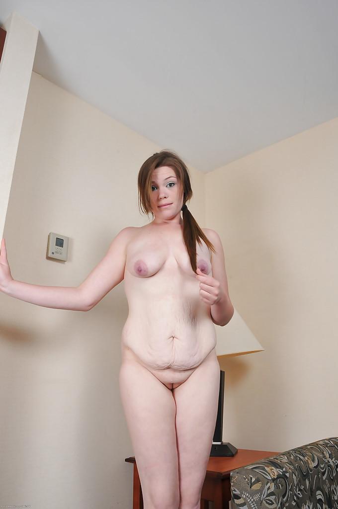 Начинающая актриса показывает раскрытую вульву крупным ракурсом