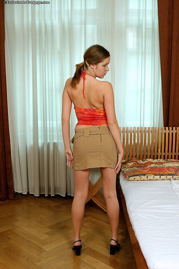 Европейка снимает юбку и трусики в спальне