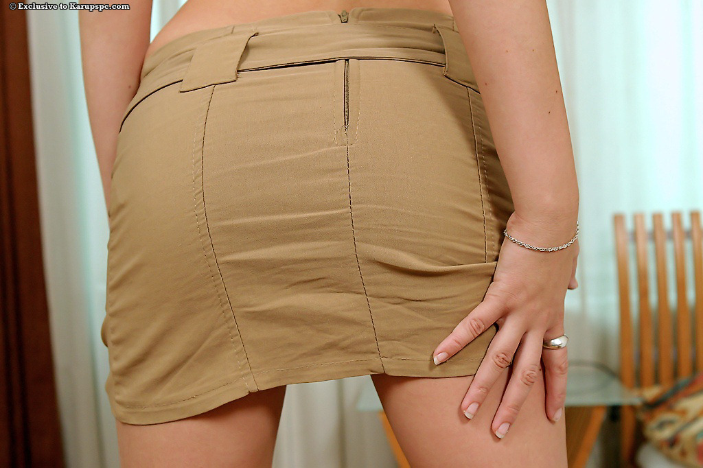 Европейка снимает юбку и трусики в койке