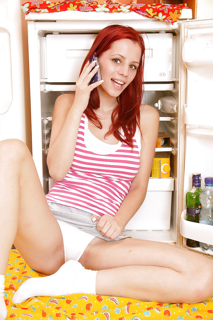 Рыжуха мастурбирует фаллоимитатором на полу кухни