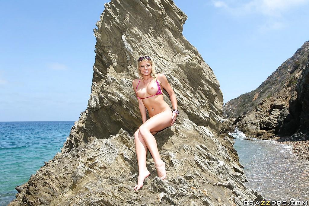 Порно актриса Shawna Lenee лежит на солнышке без купальника у моря