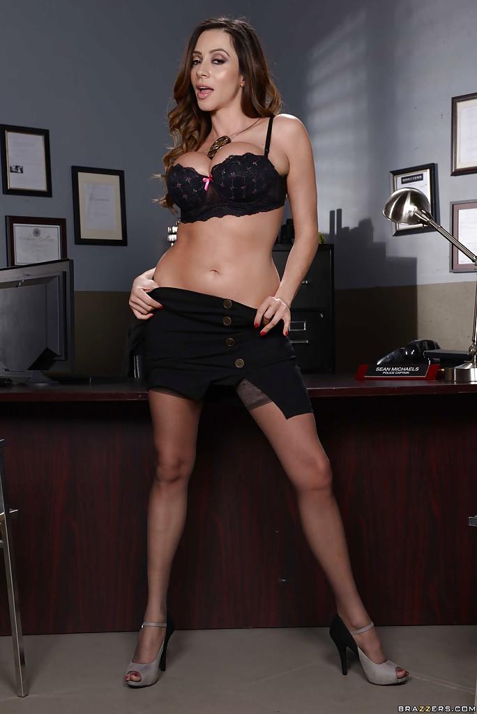 Мамочка Ariella Ferrera обнажила большую грудь на офисном столе секс фото