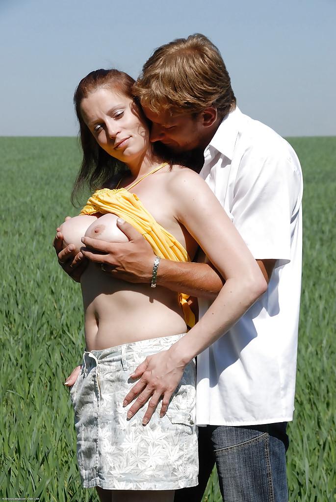 Деревенская семейная пара перепихнулась в поле смотреть эротику