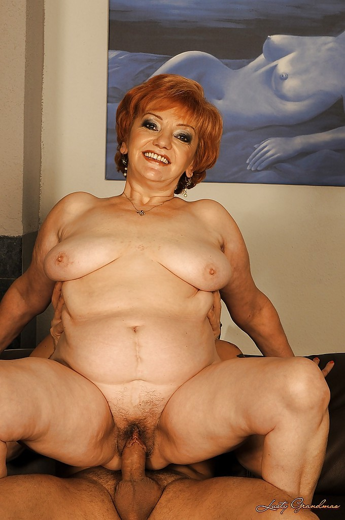 Толстая пенсионерка отжарена любовником на диване