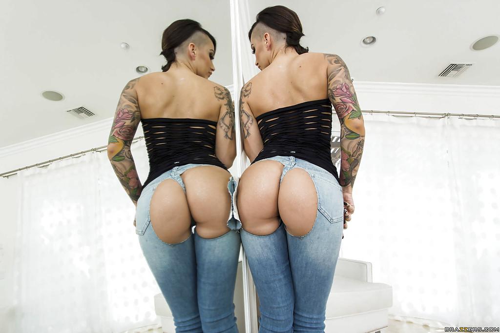 Мулатка в порванных джинсах выставила напоказ булки