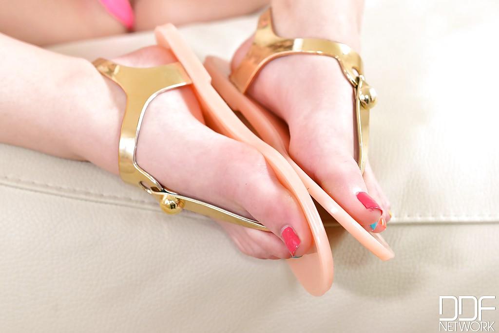 Лесбияночки Anina Silk и Taylor Sands доставляют себе наслаждение ногами