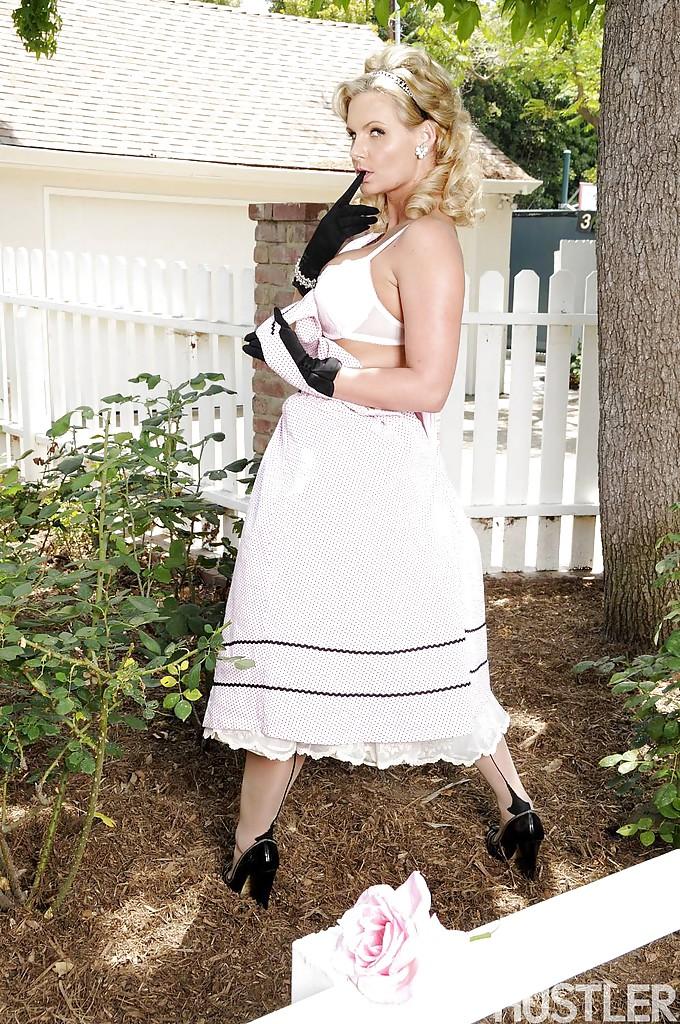 Леди Phoenix marie бахвалится прелестями под юбкой в своем парке