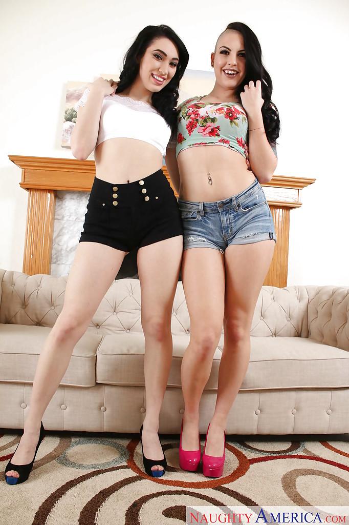Лесбиянки Aria Alexander и Rachael Madori красуются голыми в гостиной