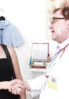 Гинеколог осматривает влагалище пациентки при помощи зеркала 1 фотография