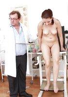 Гинеколог осматривает влагалище пациентки при помощи зеркала 16 фотография