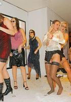Девахи сношаются на тусовке в ночном клубе 1 фотография