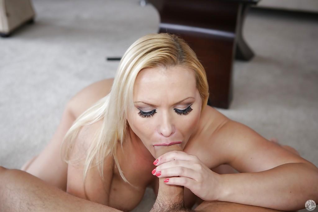 Светлая порноактриса порадовала бойфренда оральным сексом, желая получить кончу в рот