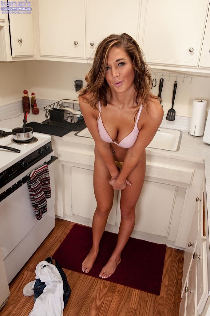 Кухарка показывает прелести, сидя голой на столе