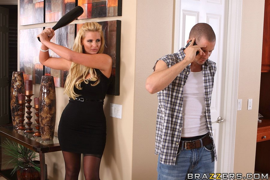 Блондинка Phoenix marie насладилась жестким трахом в анус