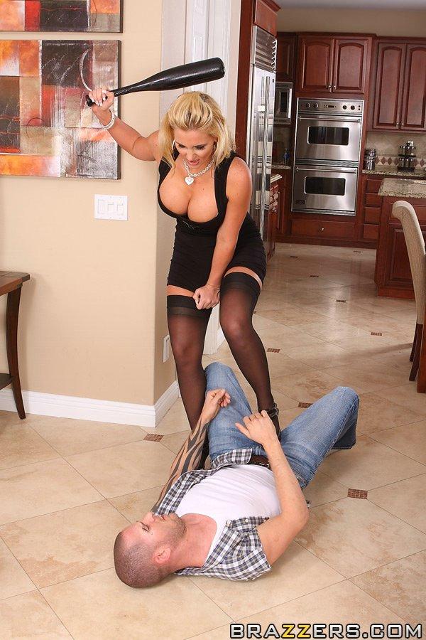 Блондинка Phoenix Marie насладилась жестким трахом в анал