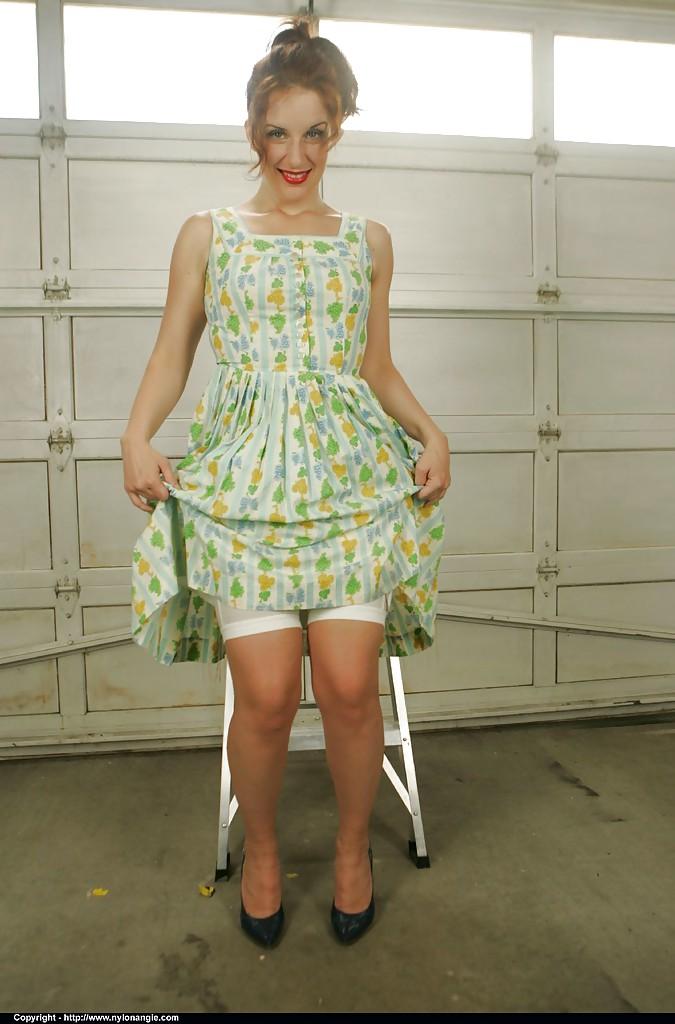 Взрослая уборщица носит старомодную одежду