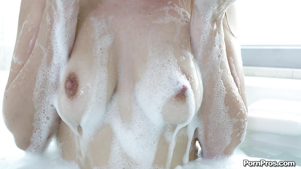 Блядь подмывается под душем и показывает открытую писю