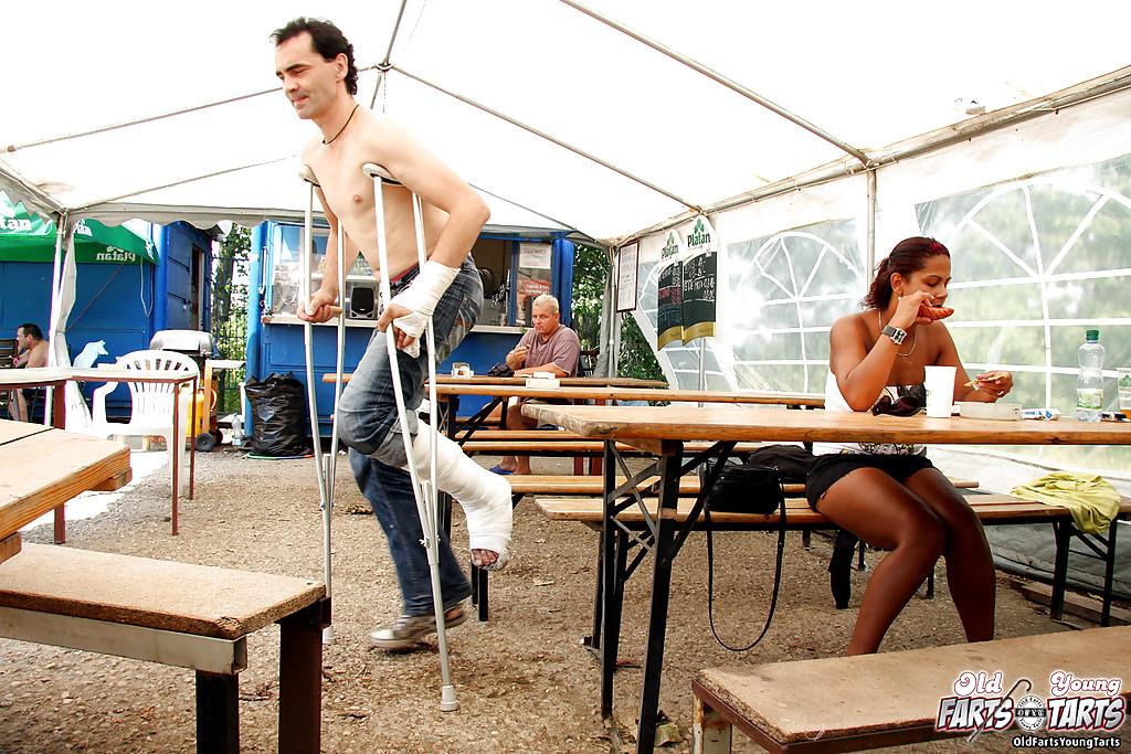 Мулаточка занялась сексом в общественных местах с посетителем кафе секс фото
