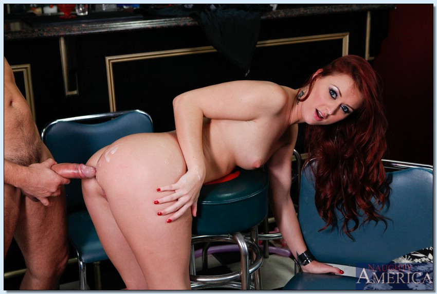 Рыжая распутница Karlie Montana трахается с барменом секс фото