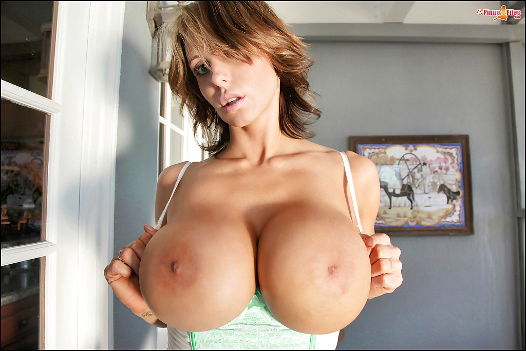 Модель Brandy Robbins демонстрирует роскошную грудь