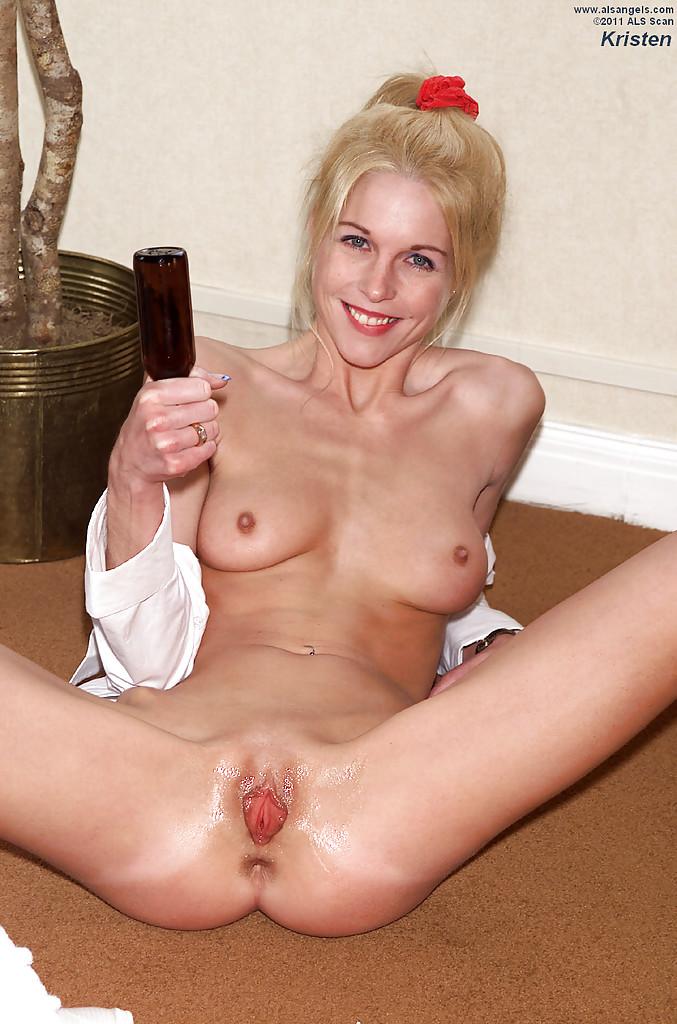 Извращенка сует бутылку в киску