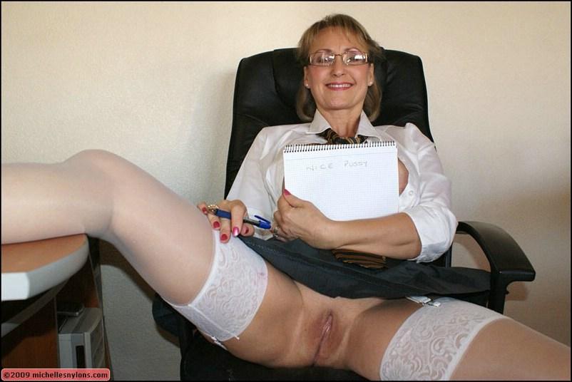 Зрелая бухгалтерша демонстрирует вагину под юбкой