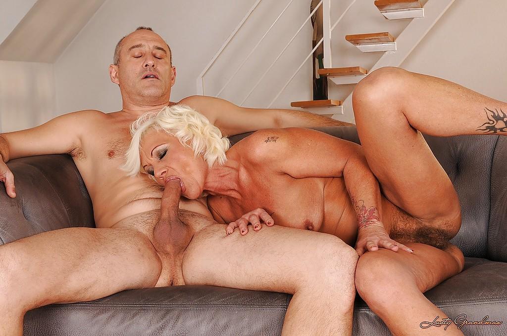 Старуху муж жарит в волосатую вагину и анус