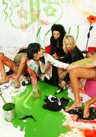 Художники облились краской и устроили оргию 7 фотография