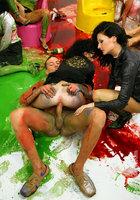 Художники облились краской и устроили оргию 16 фотография